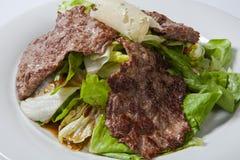 Möbeln Sie Salat mit Kopfsalat und Käse auf einer weißen Platte auf lizenzfreies stockbild
