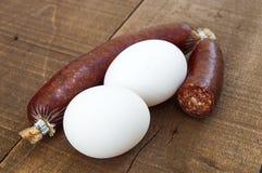 Möbeln Sie Wurst, Frühstückswurst, Messer-geschnittene Wurst, weißen Hintergrund mit Wurst und Eibilder auf Lizenzfreie Stockfotografie