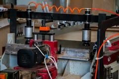 Möbelproduktion Holzbearbeitungsausrüstung, Rohstoffe und Werkzeuge stockfotografie