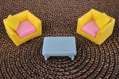 Möbelspielzeug auf braunem Gras intertexture Stockfoto