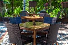 Möblemang med stolar och tabeller i ett kafé Royaltyfri Fotografi