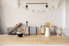 Möblemang och dishware i kök arkivbild