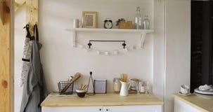 Möblemang och dishware i kök arkivfilmer