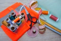 Möblemang och utrustning för att sy i märkes- systuga hjälpmedel för att sy för hobby Arkivfoton