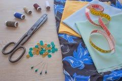 Möblemang och utrustning för att sy i märkes- systuga hjälpmedel för att sy för hobby instrument som syr hantverket på träbac Royaltyfria Bilder