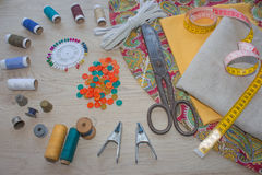 Möblemang och utrustning för att sy i märkes- systuga hjälpmedel för att sy för hobby instrument som syr hantverket på träbac Arkivbilder