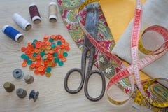 Möblemang och utrustning för att sy i märkes- systuga hjälpmedel för att sy för hobby instrument som syr hantverket på träbac Fotografering för Bildbyråer