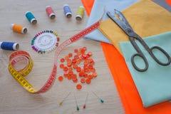 Möblemang och utrustning för att sy i märkes- systuga hjälpmedel för att sy för hobby instrument som syr hantverket på träbac Royaltyfria Foton