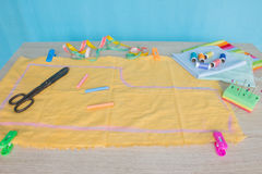 Möblemang och utrustning för att sy i märkes- systuga hjälpmedel för att sy för hobby instrument som syr hantverket på träbac Arkivfoto