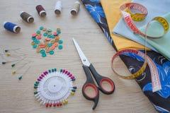 Möblemang och utrustning för att sy i märkes- systuga hjälpmedel för att sy för hobby instrument som syr hantverket på träbac Royaltyfri Fotografi