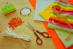 Möblemang och utrustning för att sy i märkes- systuga hjälpmedel för att sy för hobby instrument som syr hantverket på träbac Royaltyfri Foto