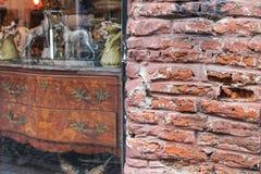 Möblemang shoppar detaljtegelstengatan Royaltyfria Foton