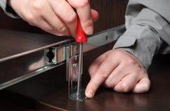 Möblemangbeslag, rinnande spår för installation, fixandeskruv u Royaltyfria Foton