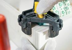 Möblemangenhet av asken Tränga någon konfirmat för att skapa ett vinkelrätt i askarna Arkivfoton