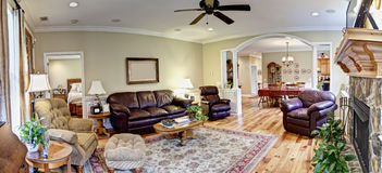 möblerad livingroompanorama wide Royaltyfri Fotografi