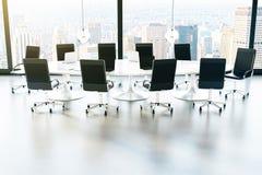 Möblerad sikt för stad för konferensrum Arkivbild