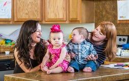 Mödrar poserar med deras behandla som ett barn Royaltyfria Foton