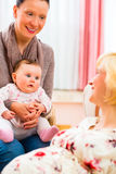 Mödrar som talar om havandeskap Royaltyfri Foto