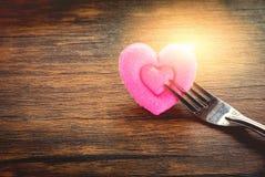 Mögen romantische Liebesnahrung des Valentinsgrußabendessens und Konzept kochen - das romantische verzierte Gedeck lizenzfreies stockfoto