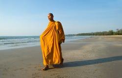 Mönch auf dem Strand Stockfotos