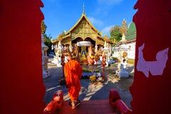 Mönch bei Wat Ming Muang, Chiang Rai stockbild