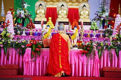 Mönch beten innen Stockfoto