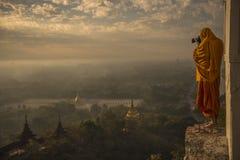 Mönch, der Fotos im Sonnenaufgangtal von bagan macht lizenzfreies stockfoto