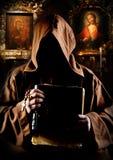 Mönch in der Kirche Stockfotografie