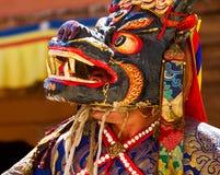 Mönch in der Maske führt einen heiligen Tanz während des Cham-Tanz-Festivals durch stockbilder
