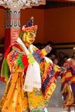 Mönch führt einen verdeckten und kostümierten heiligen Tanz des tibetanischen Buddhismus durch stockfotos