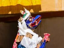 Mönch in Garuda-Maske führt religiösen Geheimnistanz des tibetanischen Buddhismus während des Cham-Tanz-Festivals durch lizenzfreie stockfotos