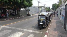 Mönch 4K, der Smartphone und Reise in Tuk Tuk der Straße bei Chiang Mai verwendet stock video