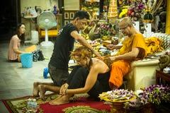 Mönch macht traditionelles tätowierendes Yantra Stockfotos
