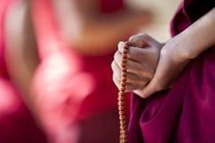 Mönch mit Gebetkornen Stockfotografie