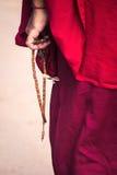 Mönch mit Gebetsperlen Lizenzfreies Stockbild