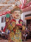 Mönch pefrorms Kulttanz am buddhistischen Festival Stockfotografie