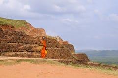Mönch am Sigiriya-Felsen Lizenzfreies Stockbild