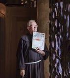 Mönch steht am Eingang Stockbilder