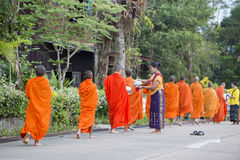 MÖNCH THAILANDS KANCHANABURI SANGKHLABURI Stockfotografie