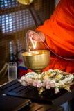 Mönch tun Weihwasser in der Hochzeitszeremonie stockbilder