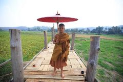 Mönch- und Bambusbrücke Lizenzfreies Stockfoto