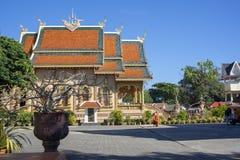Mönch und Hund, Wat Sri Bun Rueang, Chiang Rai, Thailand stockfotos