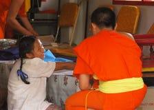Mönch und thailändischer Student Stockfoto