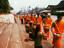 Mönche - Almosen, Luang Prabang, Laos 2 lizenzfreie stockfotografie
