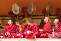 Mönche als aufmerksame Zuschauer und Ritualfestivalschlagzeuger lama lizenzfreie stockfotos