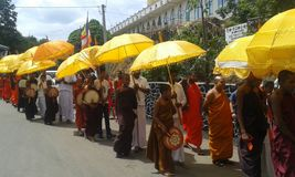 Mönche, anstrebend die Almosen, die Programm geben Stockfotos