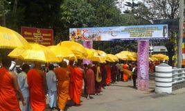 Mönche, anstrebend die Almosen, die Programm geben Lizenzfreies Stockfoto