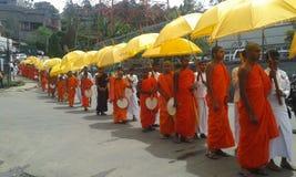 Mönche, anstrebend die Almosen, die Programm geben Stockbilder