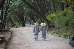 Mönche auf dem Lauf Stockfotos