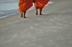 Mönche auf dem Strand Stockbild
